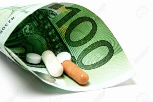 Medizin liegt eingebettet in einem 100 Euroschein als Symbol für Krankengeld oder Medizingeld
